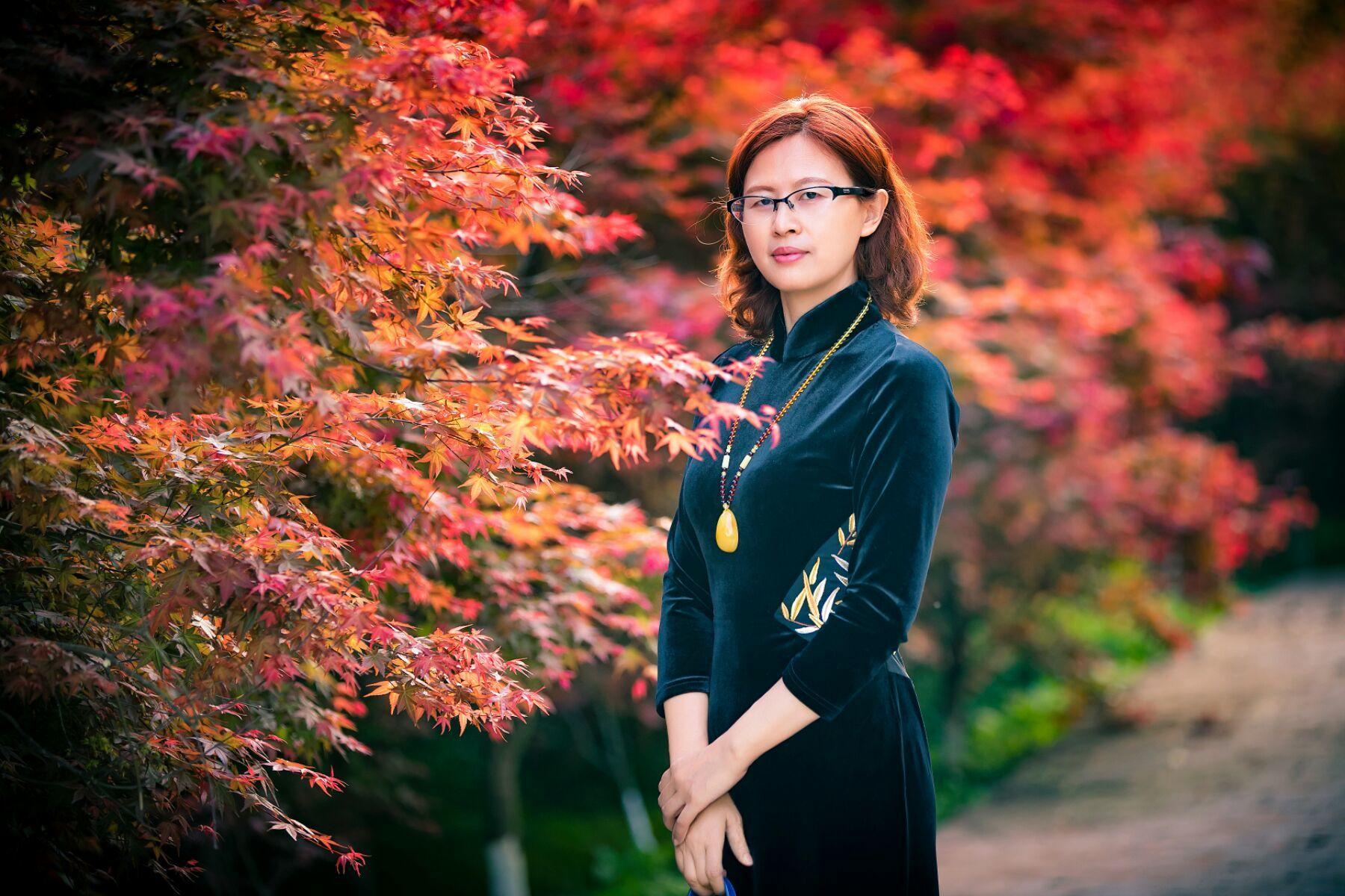 四月枫叶红胜花