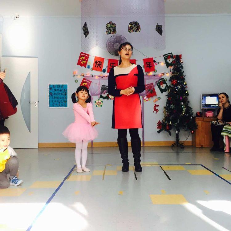 小朋友的舞姿搭配妈妈的优美歌声太精彩啦