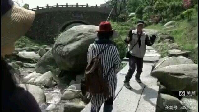 樱花谷里拉手手(视频转换图片) - 天天 - 天天的博客